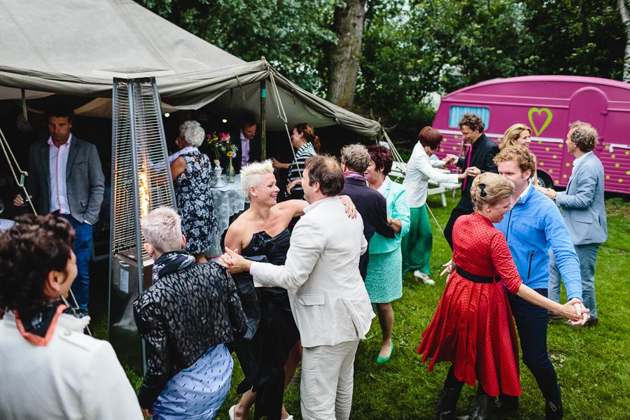 Klein trouwen op camping 3akers een backdrop van gekleurde linten diner dansant en een korte - Bed na capitonne zwarte ...