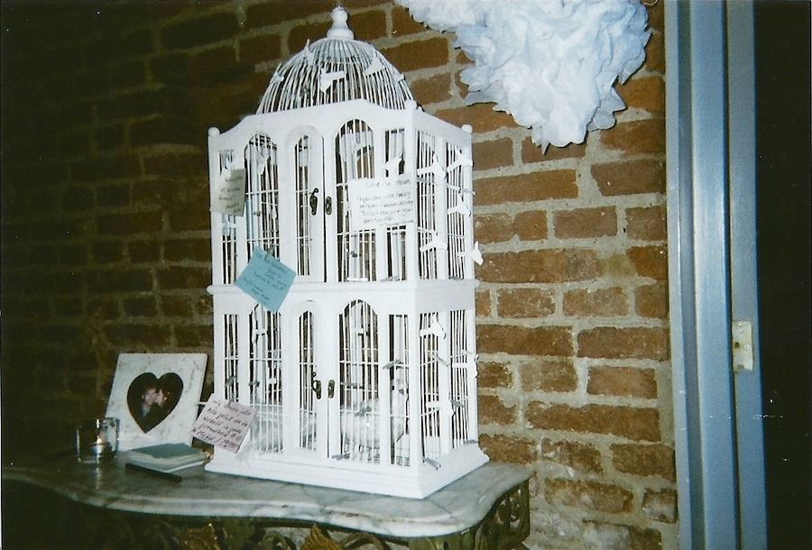 Vogelkooi In Huis : Vogelkooi in huis vogelkooi vooraan huis u stockfoto dialga yahoo