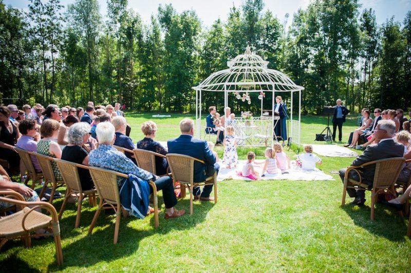 Buiten trouwen in een prieel italiaanse schepijsjes een jazzcombo een fotohokje en een - Prieel buiten ...