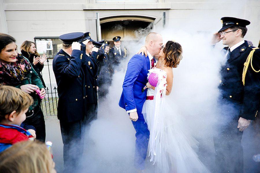 Bubbels, huilende brandweermannen, een stoere bruidsjurk en een ...