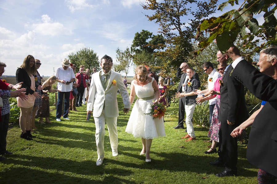 vrolijke korte trouwjurk