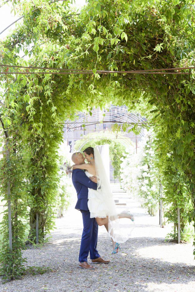 buiten trouwen in een korte trouwjurk