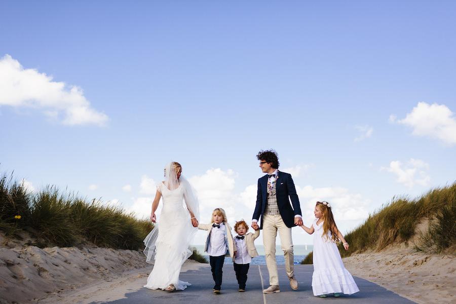 Bohemian trouwjurk voor op het strand: ook ideaal als je 3 kleine kindjes hebt