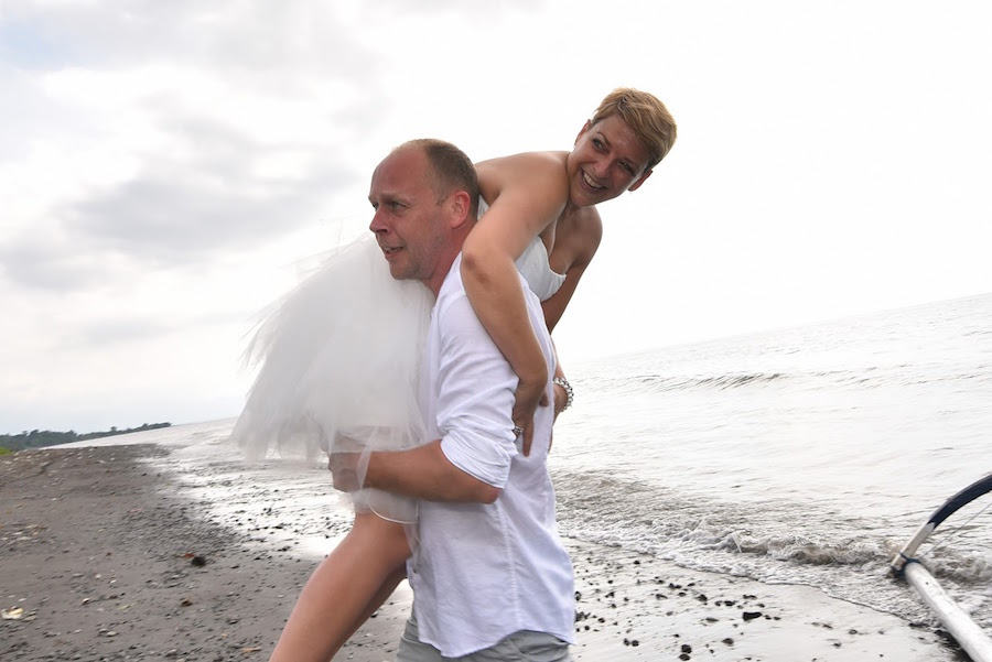 Korte trouwjurk ideaal voor op het strand bij Assepoester in Arnhem