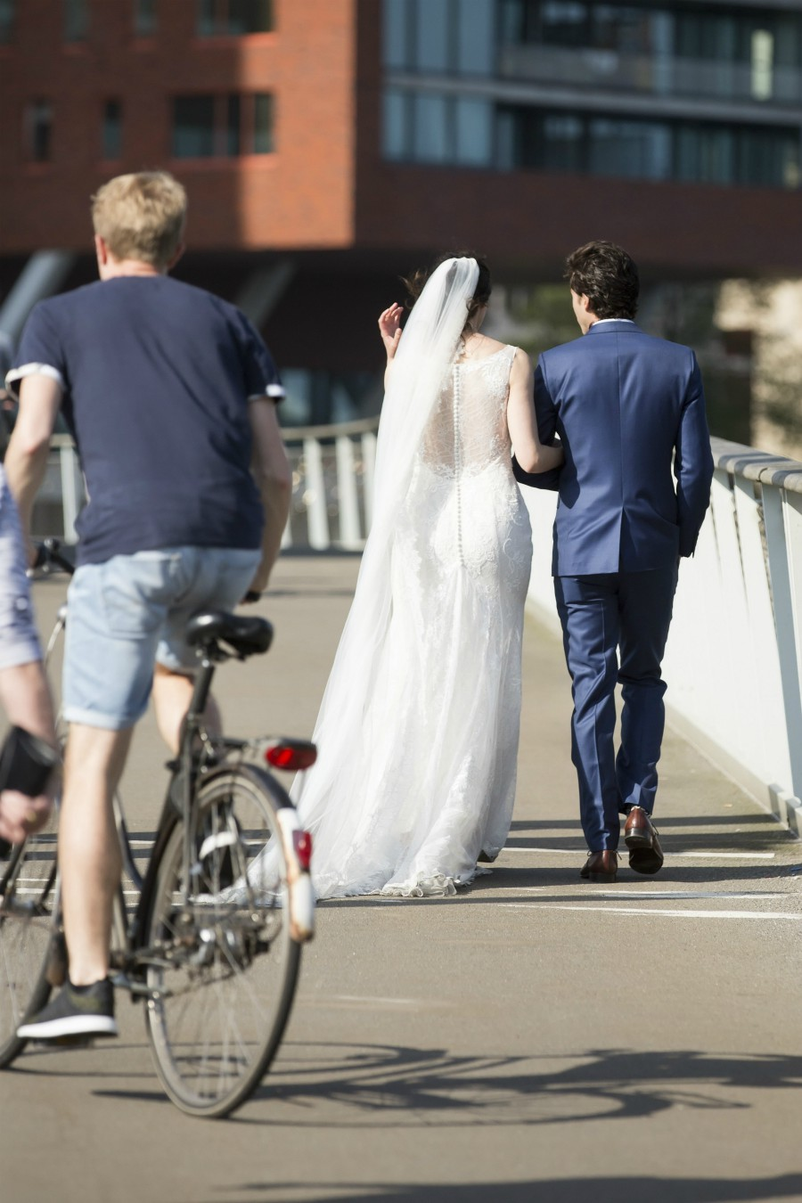 strakke kanten trouwjurk met sluier Assepoester
