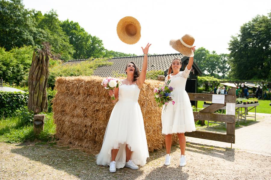 lesbische bruid trouwjurk met lage rug Assepoester