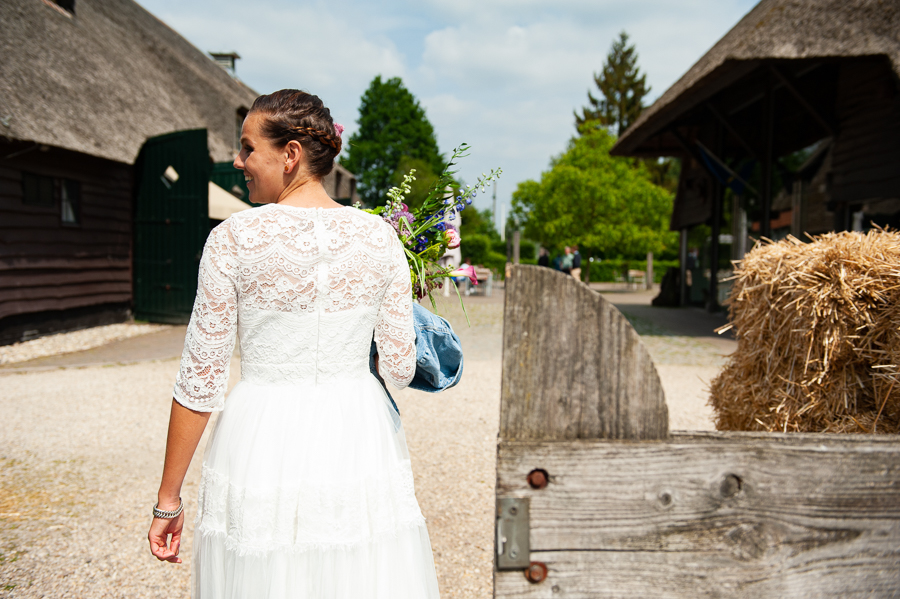 lesbische bruid korte trouwjurk met kanten mouwtjes Assepoester
