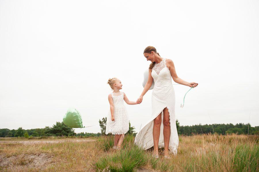 90af337dcdcbfc Debbie vond haar hooggesloten kanten trouwjurk met open rug en split  dankzij een andere Lucky Girl