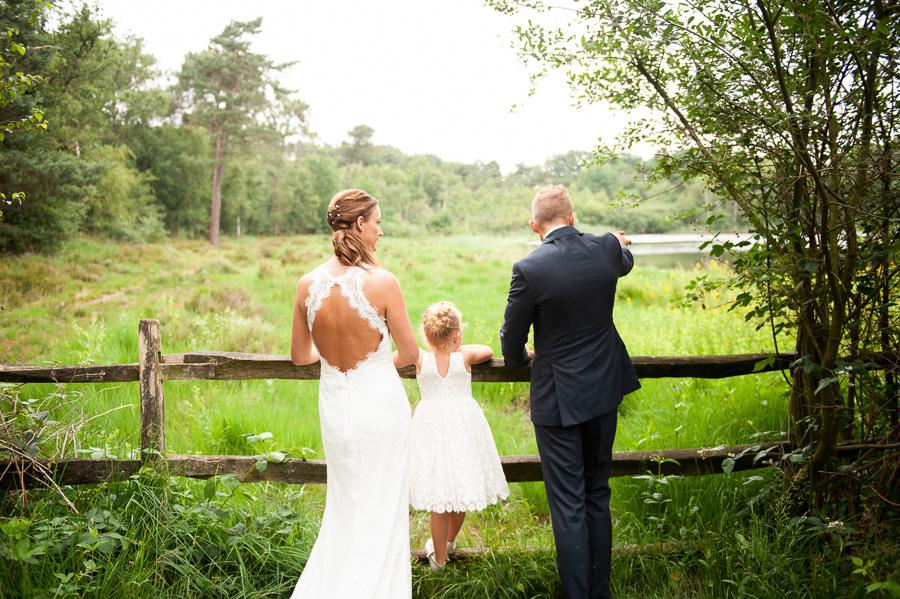 Debbie hooggesloten kanten trouwjurk met open rug en split Assepoester